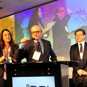 Homenagem ao Dr. Ival Peres Rosa, ladeado por Dra. Eliandre Palermo e Dr. Mauro Enokihara