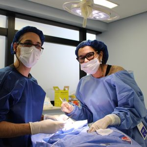 Dr. Gustavo Gualberto e Dra. Virginia Batista, alunos do módulo cirúrgico, em procedimento